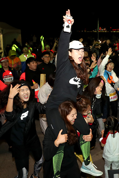 ▲ 마라톤 완주의 뜨거운 열정을 애프터 DJ파티까지 이어가는 동호인들.