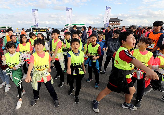 ▲ 단체로 참가한 태권도장 어린이들이 태권도로 준비운동을 하고 있다.