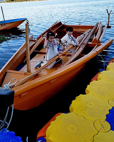 ▲ 비산나루의 문화를 이어가기 위해 주민들이 직접 추진한 비산나루문화축제에서 어린이들이 나룻배 체험을 하고 있다. /구미시 제공