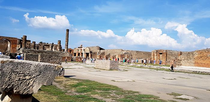 ▲ 화산 폭발로 사라져버린 도시 폼페이도 슬픔의 역사가 새겨진 공간이다.