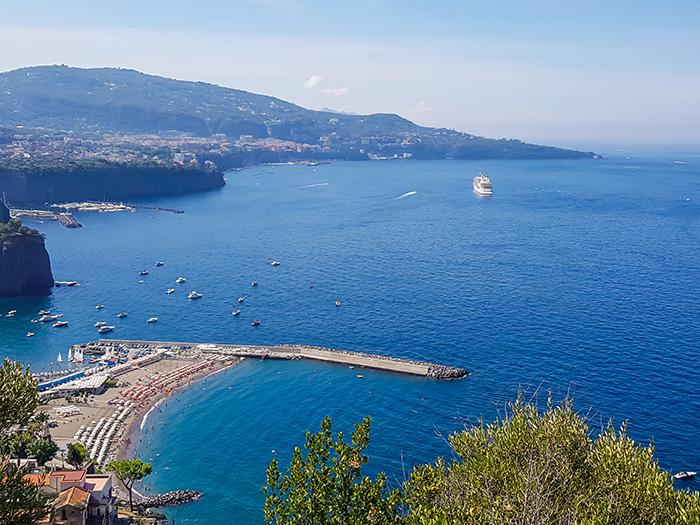 ▲ 푸른 바다가 매혹하는 이탈리아의 항구 도시 나폴리.