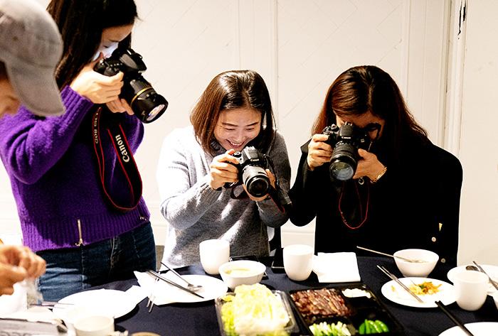 ▲ 블로거들이 다양한 과메기 요리를 카메라에 담고 있다.