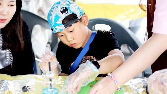 ▲ 대구 약령시의 '테마한약재 전시 체험관'에서 한 어린이가 환 만들기에 열중하고 있다. /대구시 제공