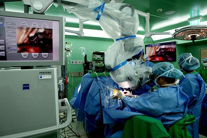 ▲ 포항세명기독병원 뇌혈관센터 신경외과 최범진 과장이 뇌동맥류 수술을 하고 있다. /포항세명기독병원 제공