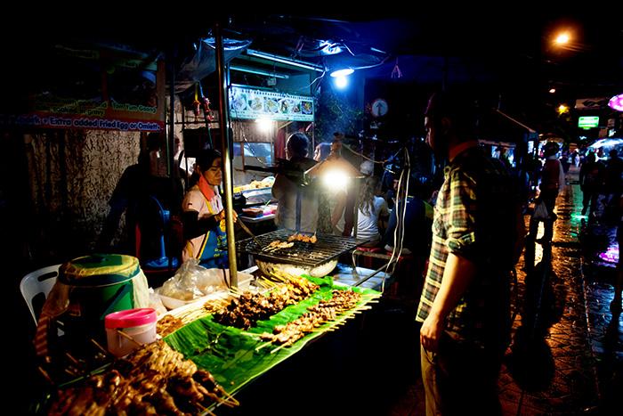 ▲ 관광객을 상대하는 태국의 노점상들은 생계를 위해 새벽까지 일한다.