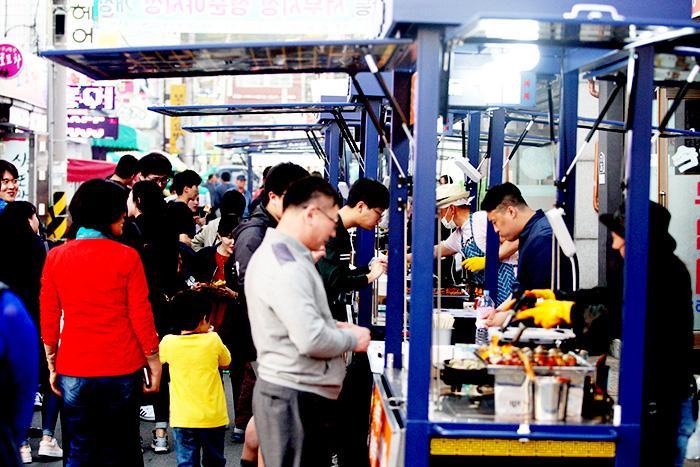 ▲ 서부시장 청춘야시장이 열린 주말, 아이들 손을 잡은 가족 단위 고객들과 20∼30대 젊은 고객들이 몰려 인산인해를 이루고 있다.  /안동시 제공