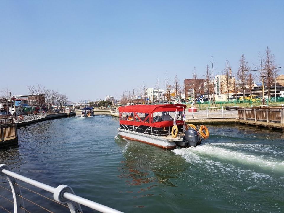 물살을 가르며 포항운하를 운항하는 관광유람선들.