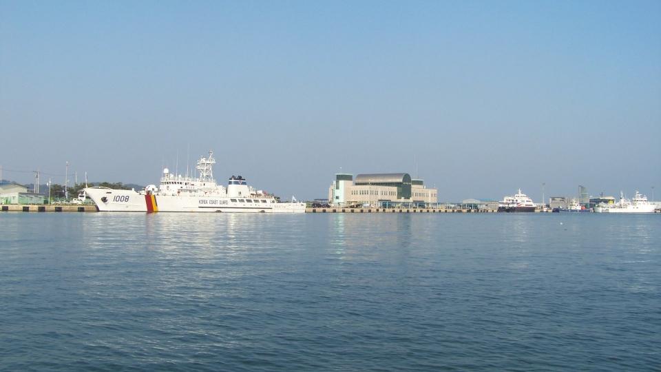 저 멀리 포항여객터미널이 보인다. 포항~울릉 간 여객선이 정박하고 있다.