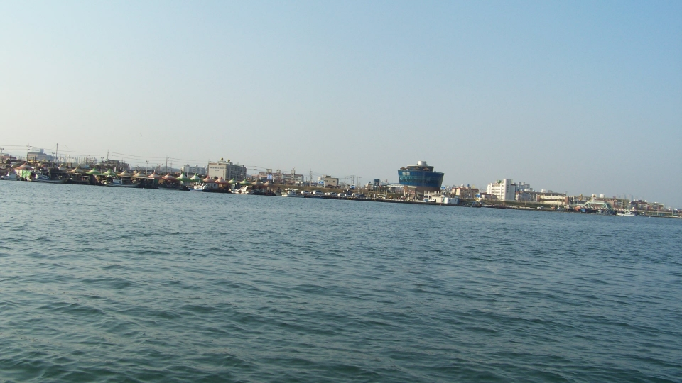 포항운하관 앞 계류장으로 향하고 있다.